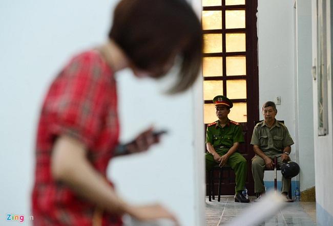 Sắc thái trái ngược của ông Nguyễn Hữu Linh và luật sư bào chữa khi đến phòng xử án - Ảnh 5