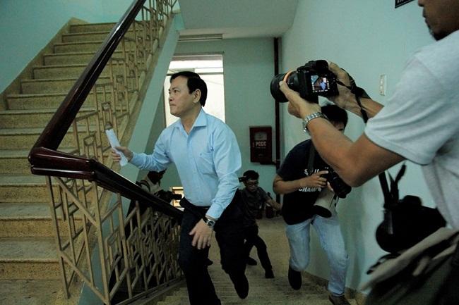 Sắc thái trái ngược của ông Nguyễn Hữu Linh và luật sư bào chữa khi đến phòng xử án - Ảnh 3