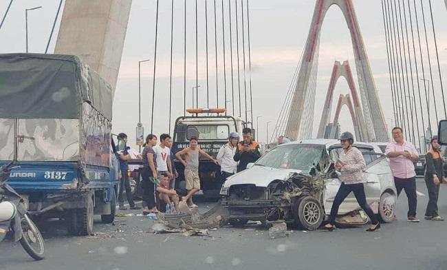 Tin tức tai nạn giao thông mới nhất hôm nay 2/7/2019: Tông cột đèn chiếu sáng, 2 người thương von - Ảnh 2