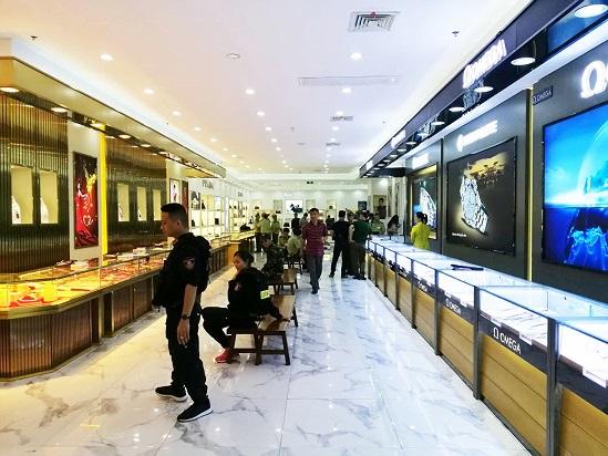 Công an kiểm tra trung tâm thương mại, thu hồi loạt sản phẩm không rõ nguồn gốc trị giá gần 100 tỷ đồng - Ảnh 1