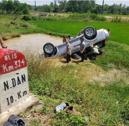 Tin tức tai nạn giao thông mới nhất hôm nay 13/7/2019: Lật ô tô 7 chỗ, 6 người thương vong  - Ảnh 1