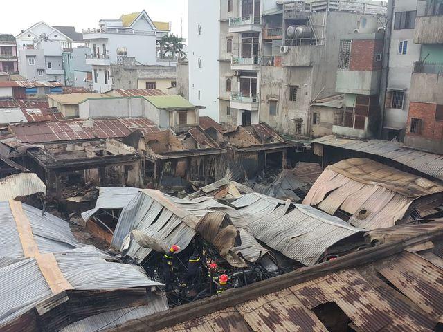 Vụ cháy chợ ở Đắk Lắk: Tiểu thương xót ruột nhìn 45 ki ốt bị thiêu rụi, thiệt hại hơn 10 tỷ đồng - Ảnh 1