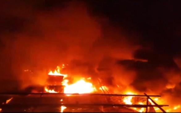 Vụ cháy chợ ở Đắk Lắk: Tiểu thương xót ruột nhìn 45 ki ốt bị thiêu rụi, thiệt hại hơn 10 tỷ đồng - Ảnh 2