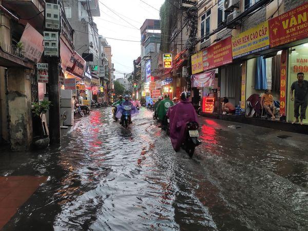 """Hà Nội đón mưa lớn giải nhiệt sau nhiều ngày nắng nóng, đường phố bỗng """"hóa thành sông"""" - Ảnh 3"""