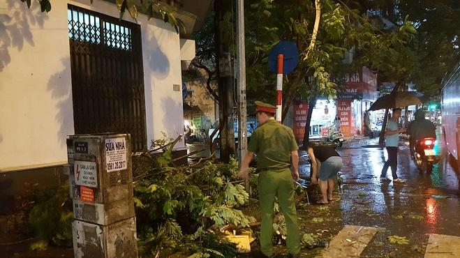 """Hà Nội đón mưa lớn giải nhiệt sau nhiều ngày nắng nóng, đường phố bỗng """"hóa thành sông"""" - Ảnh 8"""