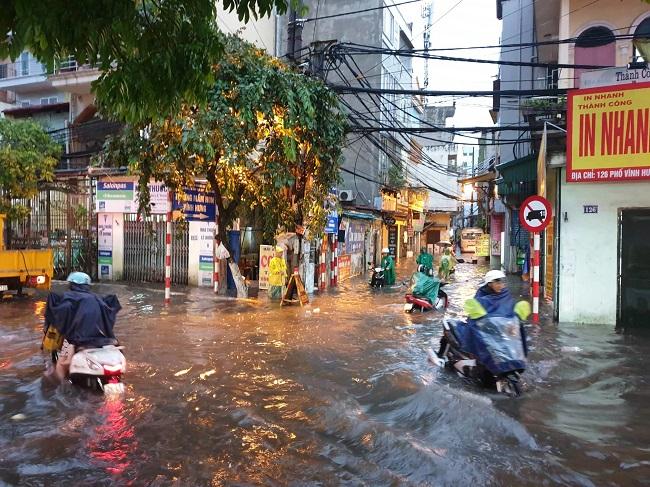 """Hà Nội đón mưa lớn giải nhiệt sau nhiều ngày nắng nóng, đường phố bỗng """"hóa thành sông"""" - Ảnh 6"""