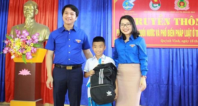 Cứu sống bé trai bị đuối nước, nam sinh lớp 5 được trao Huy hiệu Tuổi trẻ dũng cảm - Ảnh 2