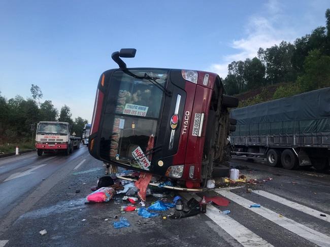 Tin tức tai nạn giao thông mới nhất hôm nay 22/7/2019: Xe khách đâm dải phân cách lật nghiêng trên quốc lộ - Ảnh 1