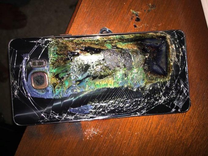 Vừa dùng điện thoại vừa sạc pin, thiết bị bất ngờ phát nổ khiến cô gái tử vong - Ảnh 1