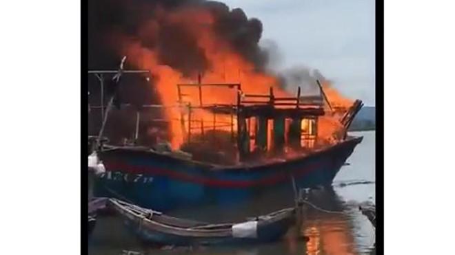 Thanh Hóa: Cháy tàu cá tiền tỷ của ngư dân, nghi do hàn xì gây bén lửa - Ảnh 2
