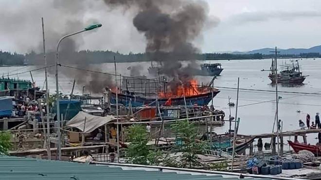 Thanh Hóa: Cháy tàu cá tiền tỷ của ngư dân, nghi do hàn xì gây bén lửa - Ảnh 1