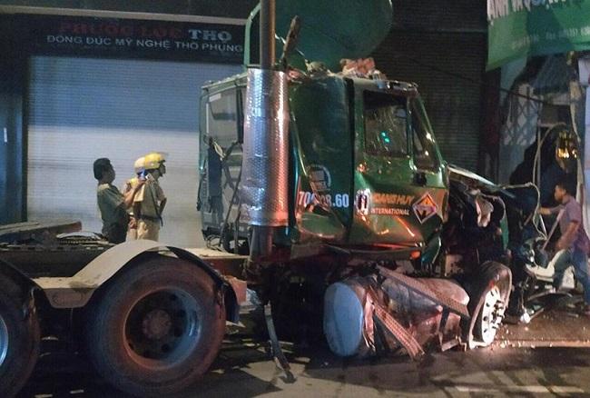 TP.HCM: Nghi tài xế ngủ gật, xe container đâm đổ tường nhà dân trong đêm - Ảnh 2