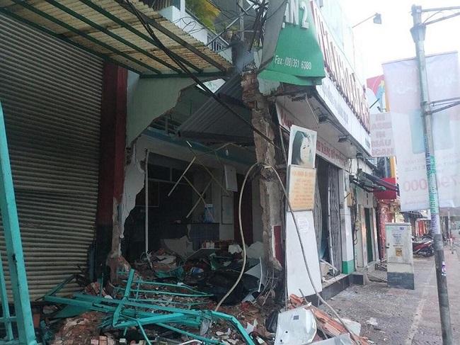 TP.HCM: Nghi tài xế ngủ gật, xe container đâm đổ tường nhà dân trong đêm - Ảnh 1