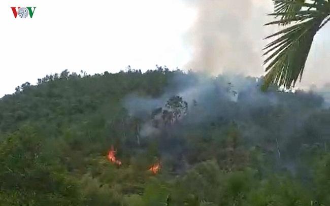"""Đà Nẵng: 3 giờ chiến đấu với """"giặc lửa"""", khống chế thành công đám cháy rừng tự nhiên - Ảnh 1"""