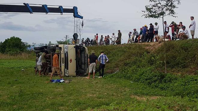 Nghệ An: Xe khách chở công nhân lật nhào xuống ruộng, 21 người bị thương - Ảnh 1