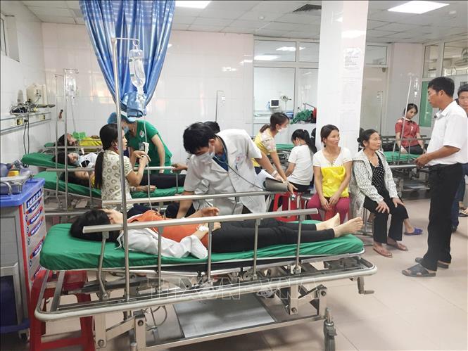 Nghệ An: Xe khách chở công nhân lật nhào xuống ruộng, 21 người bị thương - Ảnh 2