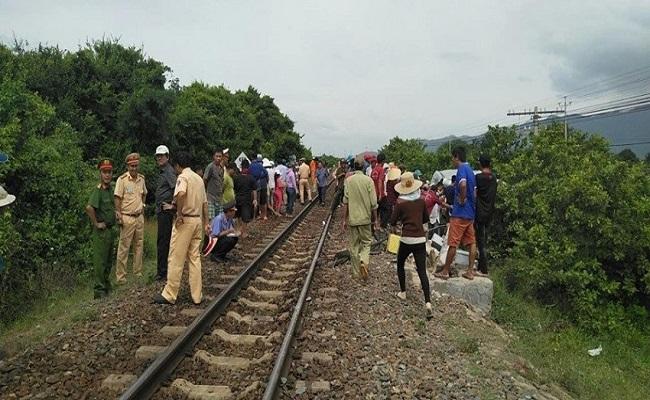 Vụ xe khách va chạm tàu SE27 làm 3 người tử vong: Hé lộ nguyên nhân ban đầu - Ảnh 1