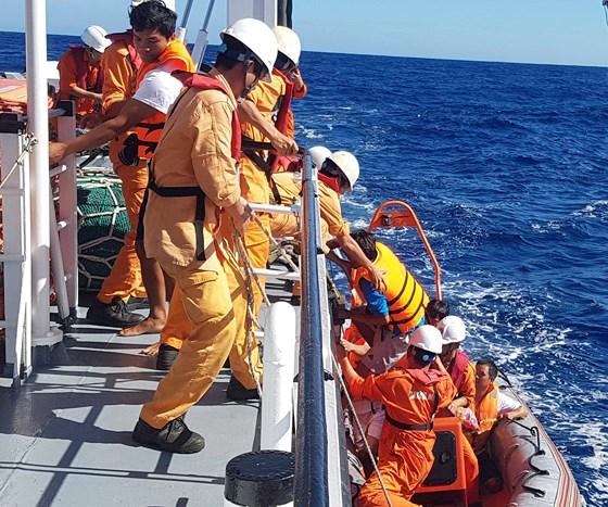 Đà Nẵng: Cứu 6 thuyền viên bị chìm tàu trên vùng biển Hoàng Sa - Ảnh 1