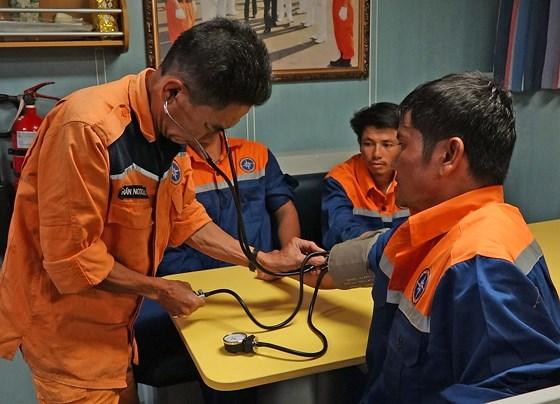 Đà Nẵng: Cứu 6 thuyền viên bị chìm tàu trên vùng biển Hoàng Sa - Ảnh 2