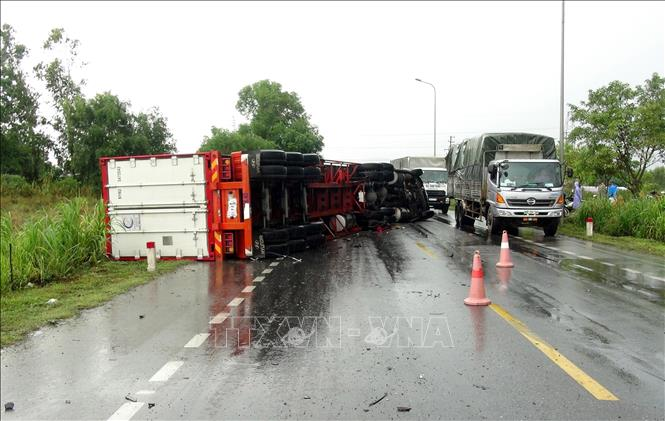 Tin tức tai nạn giao thông mới nhất hôm nay 17/8/2019: Lật xe container trên quốc lộ 1A đoạn qua Quảng Bình - Ảnh 1