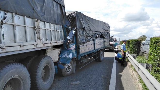 Tin tức tai nạn giao thông mới nhất hôm nay 17/8/2019: Lật xe container trên quốc lộ 1A đoạn qua Quảng Bình - Ảnh 2