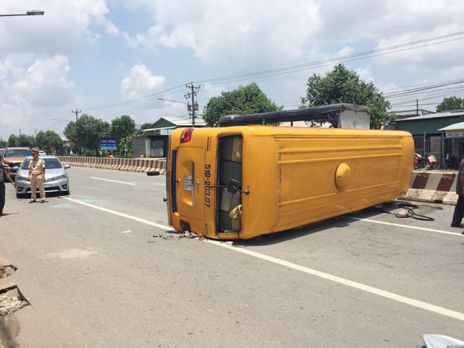 Tin tức tai nạn giao thông mới nhất hôm nay 19/8/2019: Xe khách lật ở Bình Dương, 10 người bị thương - Ảnh 1
