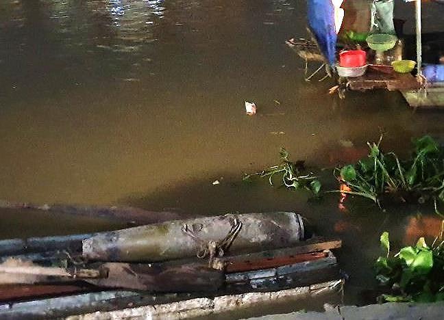 Hải Phòng: Mực nước sông hạ thấp, người dân bàng hoàng phát hiện quả bom dài 1 mét - Ảnh 1