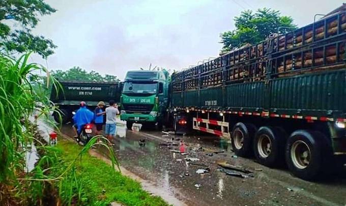 Nghệ An: Hai xe đầu kéo đối đầu, người dân phá cabin cứu tài xế - Ảnh 1