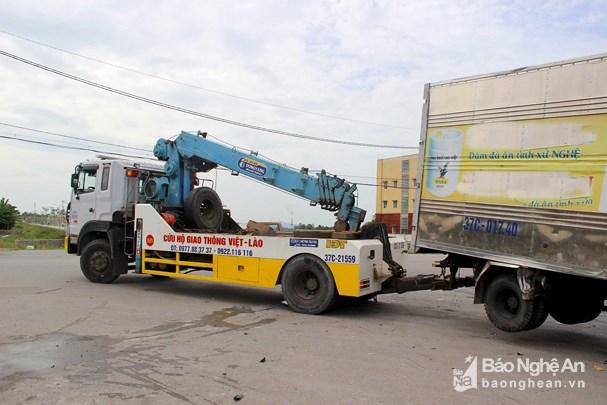 Nghệ An: Hai xe đầu kéo đối đầu, người dân phá cabin cứu tài xế - Ảnh 2