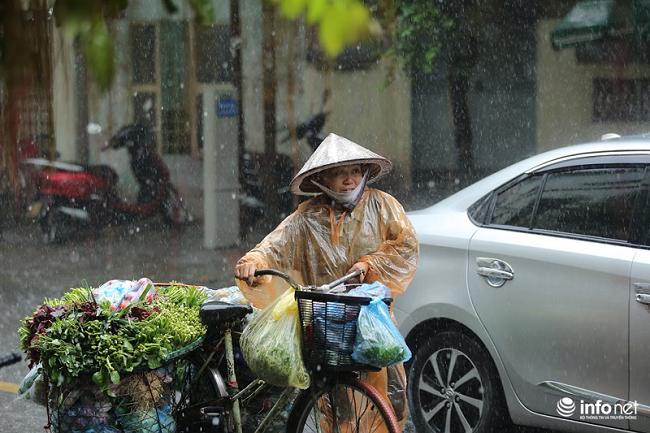 Hà Nội đột ngột mưa lớn giữa trưa, có tuyến phố ngập đến 60cm - Ảnh 1
