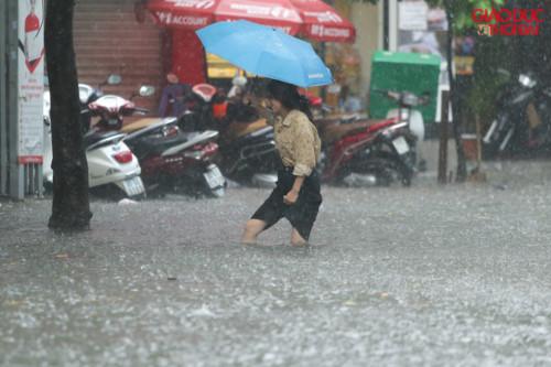Hà Nội đột ngột mưa lớn giữa trưa, có tuyến phố ngập đến 60cm - Ảnh 4