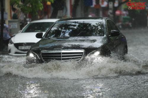 Hà Nội đột ngột mưa lớn giữa trưa, có tuyến phố ngập đến 60cm - Ảnh 5