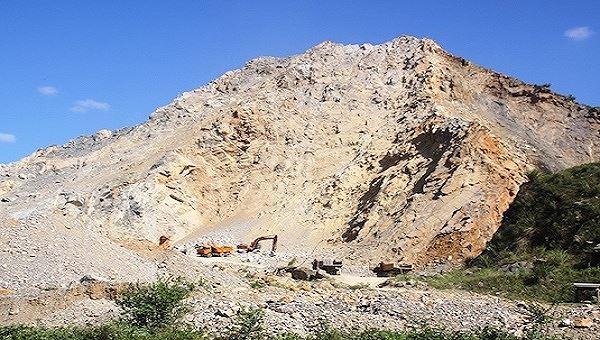 Quảng Trị: Sạt lở mỏ đá khiến 3 người thương vong - Ảnh 1