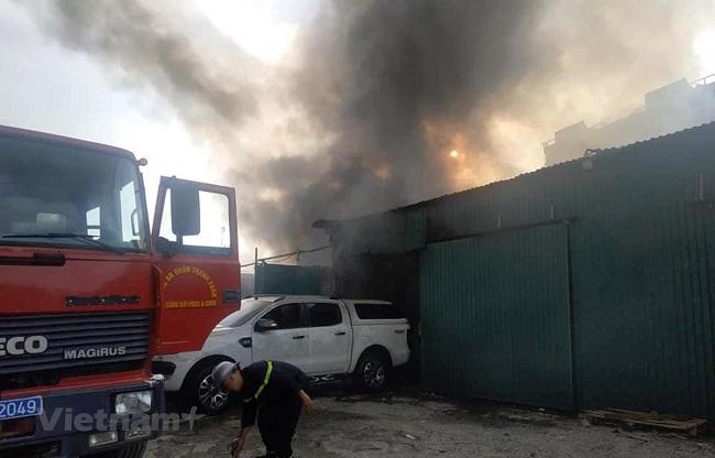 Hà Nội: Cháy nhà xưởng trên đường Nguyễn Xiển, khói đen bốc cao hàng chục mét - Ảnh 2