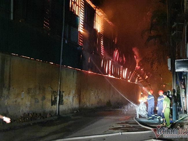 Hiện trường vụ cháy nhà kho công ty bóng đèn phích nước Rạng Đông - Ảnh 1