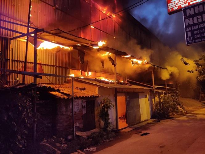 Hiện trường vụ cháy nhà kho công ty bóng đèn phích nước Rạng Đông - Ảnh 2