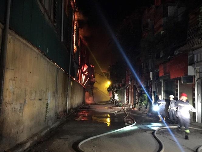 Hiện trường vụ cháy nhà kho công ty bóng đèn phích nước Rạng Đông - Ảnh 3