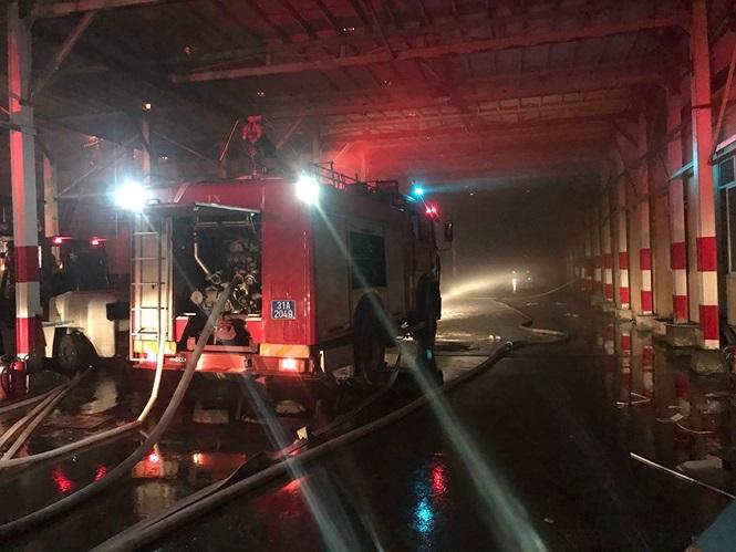 Hiện trường vụ cháy nhà kho công ty bóng đèn phích nước Rạng Đông - Ảnh 4