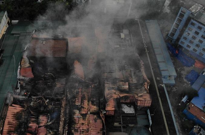 Vụ cháy công ty Rạng Đông: Huy động 200 cảnh sát, lực lượng 5 phường phối hợp chữa cháy - Ảnh 2