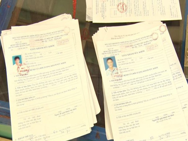 Khởi tố hai cha con trong đường dây làm giả 1.300 giấy tờ của nhiều cơ quan, tổ chức - Ảnh 1