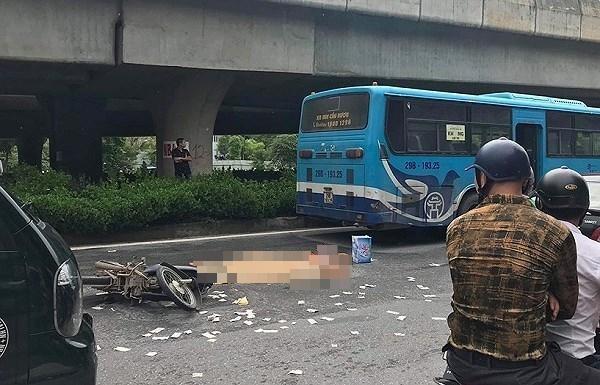 Hà Nội: Người đàn ông tử vong thương tâm dưới bánh xe buýt - Ảnh 1