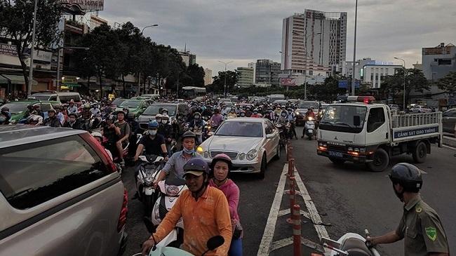 Tin tức tai nạn giao thông mới nhất hôm nay 6/8/2019: Phong tỏa cầu Hàng Xanh vì tai nạn liên hoàn - Ảnh 1