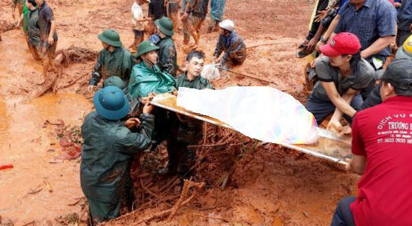 Vụ sạt lở đất vùi lấp 3 người trong gia đình: Đã tìm thấy thi thể các nạn nhân - Ảnh 1