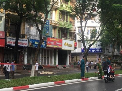 Hà Nội: Đổ cây trên đường Trần Đăng Ninh, một người tử vong - Ảnh 1