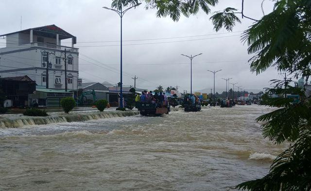 Phú Quốc: Đóng cửa sân bay, huy động 1.000 quân cứu dân trước trận lụt lịch sử - Ảnh 1