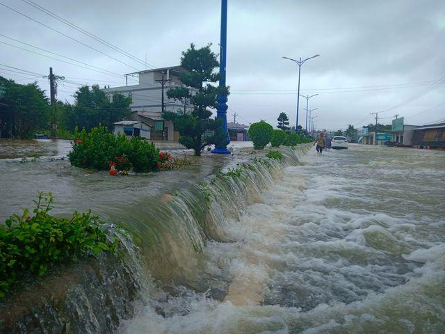 Phú Quốc: Đóng cửa sân bay, huy động 1.000 quân cứu dân trước trận lụt lịch sử - Ảnh 2