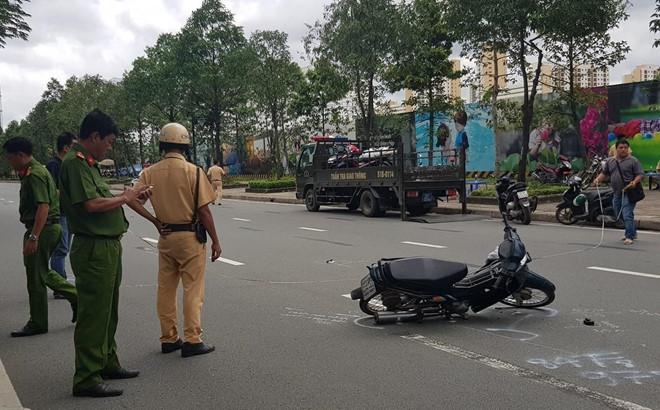 Tin tức tai nạn giao thông mới nhất hôm nay 10/8/2019: Thiếu tá CSGT bị xe vi phạm tông nhập viện - Ảnh 1