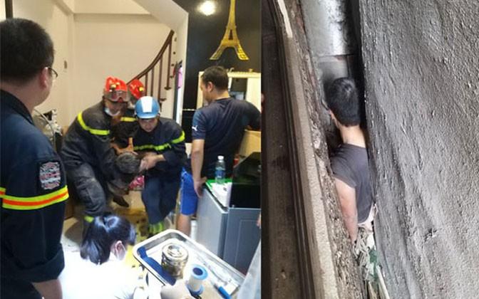 Hi hữu: Giải cứu người đàn ông bị mắc kẹt giữa 3 ngôi nhà ở Hà Nội - Ảnh 1