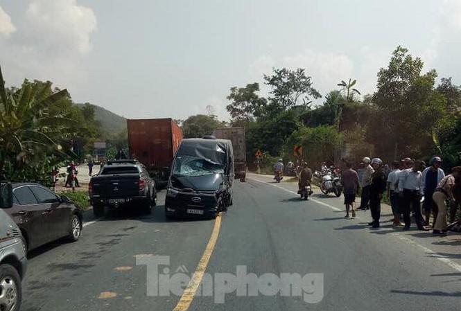 Tin tức tai nạn giao thông mới nhất hôm nay 17/9/2019: Ôtô chở khách phóng ẩu, đâm vào xe container - Ảnh 1