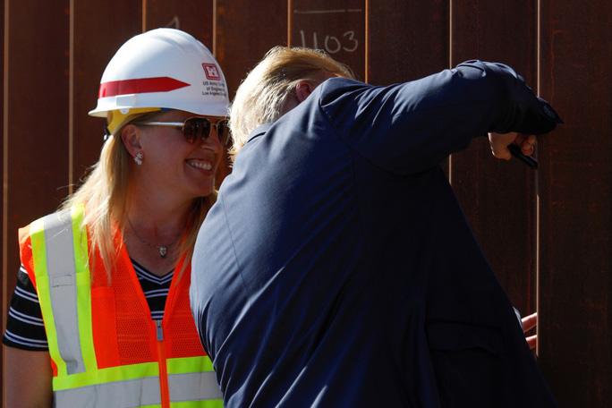Tổng thống Trump tuyên bố bất ngờ sau chuyến thăm bức tường biên giới Mỹ-Mexico - Ảnh 2